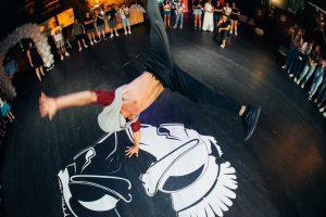 ריקודים במועדון בת מצווה
